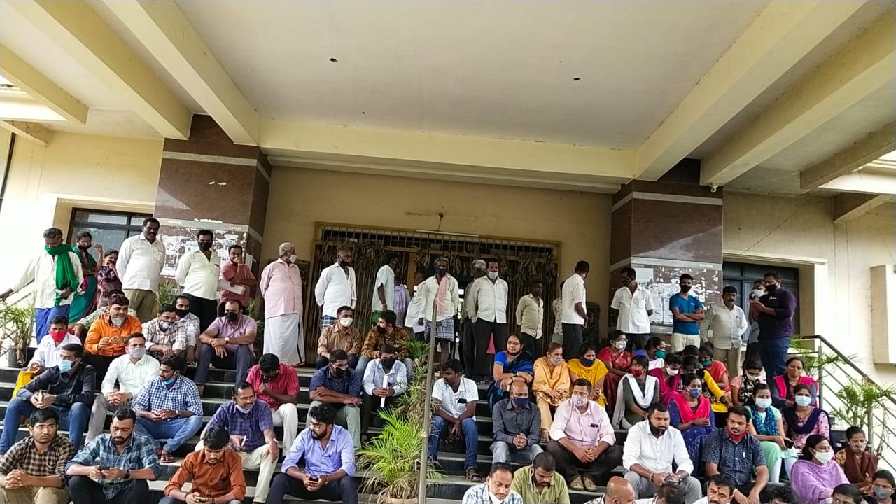 ವಿಎ ಆತ್ಮಹತ್ಯೆ ಯತ್ನ ಪ್ರಕರಣ: ತಹಶಿಲ್ದಾರ್ ವಿರುದ್ಧ ಪ್ರತಿಭಟನೆ ನಡೆಸಿದ ಕಂದಾಯ ಇಲಾಖೆಯ ಸಿಬ್ಬಂದಿಗಳು.